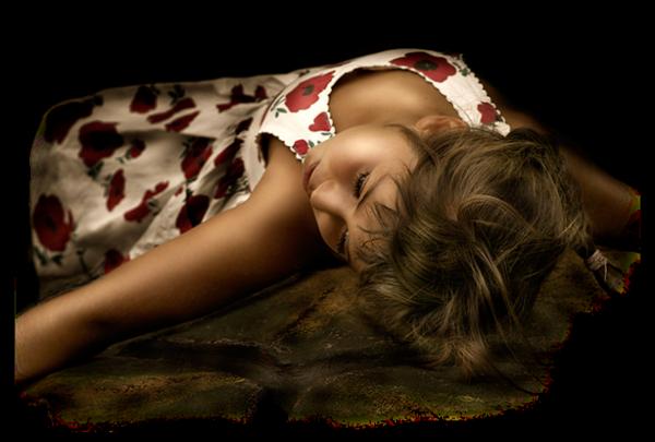 Petite fille allongée dans une superbe robe